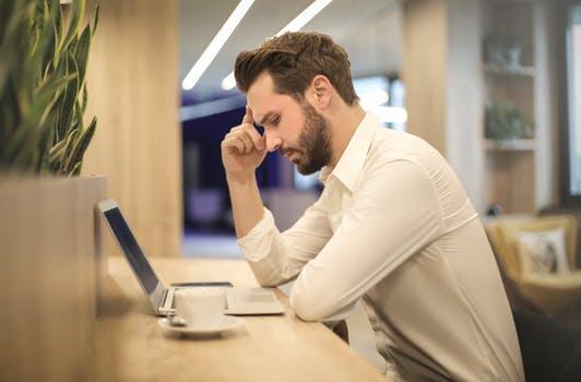 træt mand ved computer
